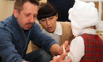 Linas Adomaitis su žmona aplankė be tėvų augančius vaikus