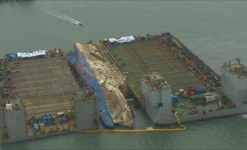 """Iš jūros gelmių keliamas nuskendęs Pietų Korėjos keltas """"Sewol"""""""