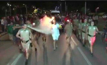 Vyras gesintuvu bando užgesinti olimpinę ugnį