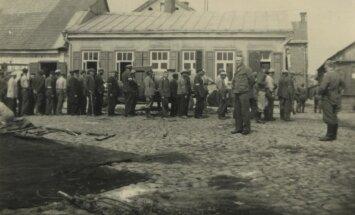 Žydai varomi į darbus. Kėdainiai, 1941 m. vasara (Genocido aukų muziejaus nuotr.)