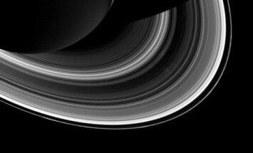 Saturno šešėlis ir žiedai. Tarp žiedų ir šešėlių matyti Mirties žvaigždę iš Žvaigdžių karų primenantis Saturno palydovas Mimas (dešiniajame apatiniame kampe, 2014 m. kovo 3 d.)