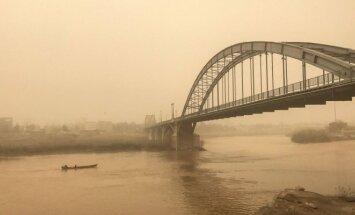 Tiltas Ahvazo mieste Irane per smėlio audrą