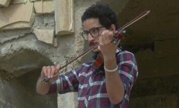 Muzikanto ginklas karo nusiaubtame Mosule - virkdanti smuiko melodija