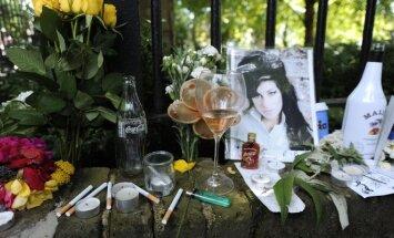 Amy Winhouse gerbėjai išreiškia pagarbą ir liūdesį prie atlikėjos namų
