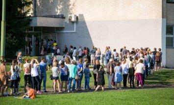 Laukiančių eilė prie Žirmūnų moksleivių sveikatos centro