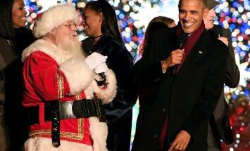 B. Obama įžiebia Kalėdų eglę