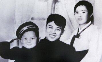 Kim Il Sungas (Kim Ir Senas) su žmona ir sūnumi Kim Jong Ilu (KIm Čen Iru)