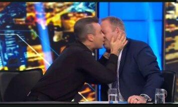 Robbie Williamsas bučiuoja laidos vedėją