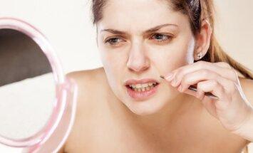 Moteris depiliuojasi veido sritį