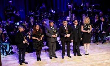 """Penktadienį Tauragės kultūros centre išdalinti Lietuvos kultūros centrų asociacijos apdovanojimai """"Auksinis feniksas""""."""
