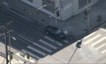 Nuo Los Andželo policijos automobiliu sprukęs bėglys buvo sučiuptas ant stogo