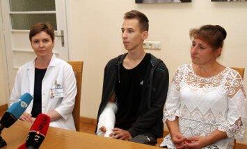 Į šiaudų smulkintuvą įkritęs berniukas padėkojo iš mirties gniaužtų jį ištraukusiems gydytojams