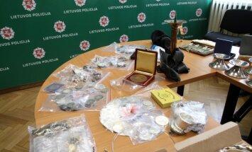 Kauno pareigūnai per kratas surado įspūdingą antikvarinių daiktų kolekciją