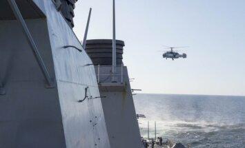 Rusijos laivyno sraigtasparnis Ka-27 šalia JAV karo laivo USS Donald Cook