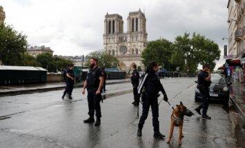 Paryžiuje vyras plaktuku puolė policininką