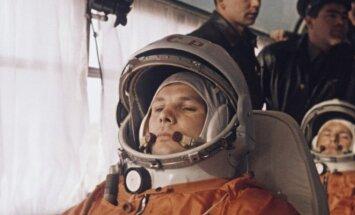 Jurijus Gagarinas pakeliui į pakilimo aikštelę Baikonūre. Už nugaros - pilotas dubleris Germanas Titovas