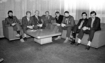 Kovo 11-osios Akto signatarai Aukščiausiosios Tarybos rūmuose: Jonas Šimėnas, Vladimiras Beriozovas, Medardas Čobotas, Aloyzas Sakalas, Julius Beinortas, Audrius Rudys, Jonas Prapiestis ir Stasys Kropas.
