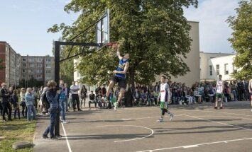 Nauja krepšinio aikštelė Karoliniškėse (Raymond Vyšniausko nuotr.)
