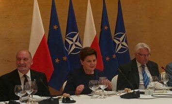 Su žurnalistais susitiko ir kalbėjosi Lenkijos premjerė B.Szydlo, gynybos ministras A.Macierewiczius (kairėje) ir užsienio reikalų ministras W.Waszczykowskis.
