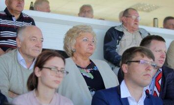Marijampolės merė Irena Lunskienė Liepojos stadiono tribūnoje / Foto: Evaldas Šemiotas