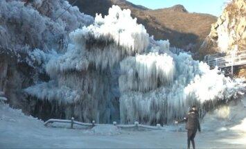 Varvekliai ir ledo kaskados pritraukia smalsuolius į stebuklingą slėnį Pekine