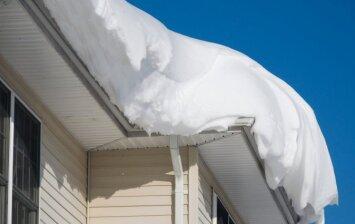 Sniego apkloti pastatai: kokie pavojai tyko?