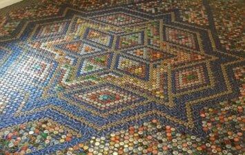 """<span style=""""color: #ff7f00;"""">Darau pats:</span> grindų mozaika iš įvairių gėrimų kamštelių"""
