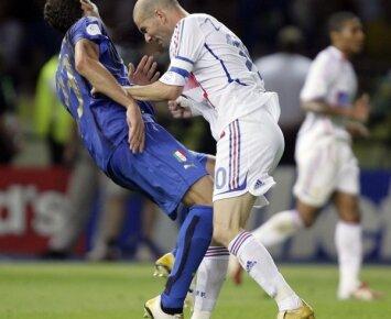 Garsiojo nokauto dešimtmetis: M. Materazzi prasitarė, už ką jį sumušė Z. Zidane'as