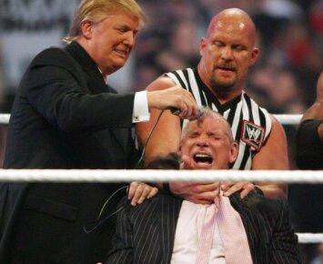 Kieti Donaldo Trumpo kumščiai: pažiūrėkite, kaip šalia ringo buvo aptalžytas oponentas (VIDEO)