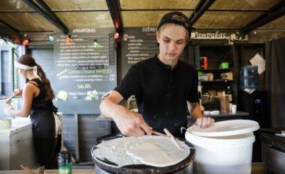 Mažo miestelio paplūdimyje lietuvis su latve atidarė puikią vietą pavalgyti: žmonių tiek, kad nusidriekia išalkusių eilės