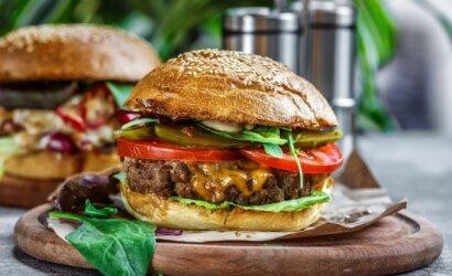 Greitasis maistas namuose: kaip paruošti sultingiausią mėsainį, dešrainį ir kebabą, kuriam niekas neatsispirs?