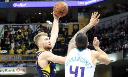 """Galingai ir rezultatyviai rungtyniavęs Sabonis padėjo """"Pacers"""" susitvarkyti su """"Hornets"""""""