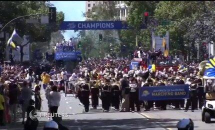 """Ouklando gatvėmis riedėję """"Warriors"""" šventė kartu su sirgaliais"""