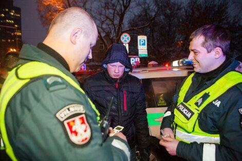 """Vilniuje """"kelių gaidelio"""" vairuojamas visureigis rėžėsi į policijos automobilį"""