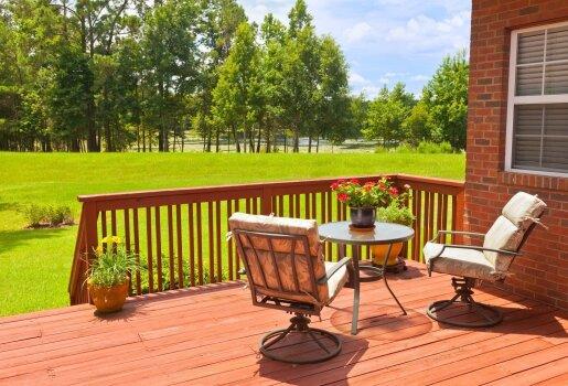 Specialisto patarimai, kaip išsirinkti ir prižiūrėti lauko baldus