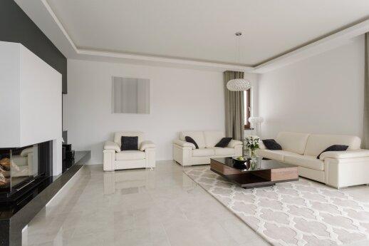 Dviejų aukštų namas, kuriame taisykles diktuoja balta spalva
