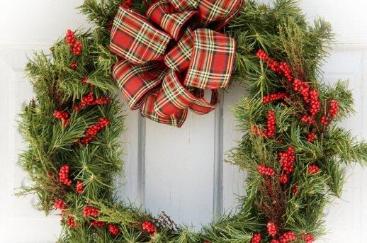Kaip pakabinti kalėdinį vainiką ant durų nenaudojant vinių