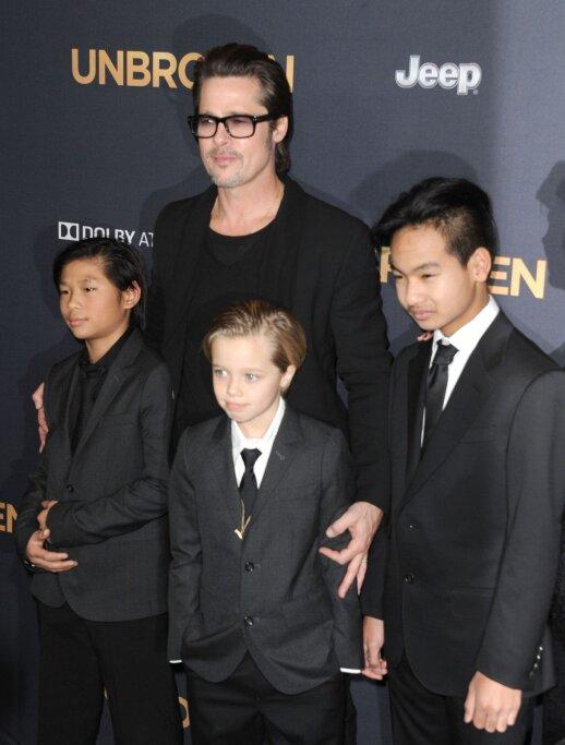 Shiloh Pitt (viduryje) su Bradu Pittu ir broliais Paxu (kairėje) ir Maddoxu