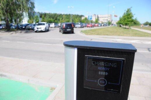Nors šiuo metu Klaipėdoje yra tik penkios viešos elektromobilių įkrovimo vietos, naudojimosi jomis tvarka skirtinga.