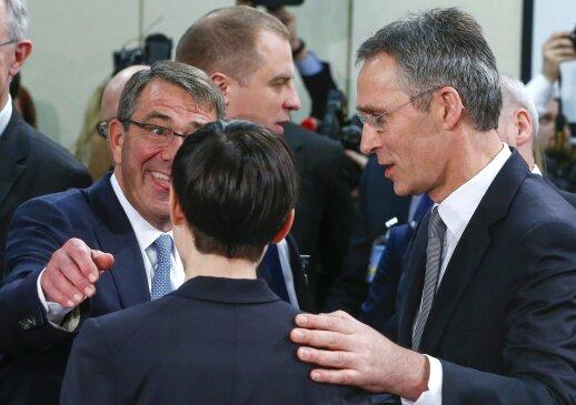 JAV gynybos sekretorius Ash Carter, Norvegijos gynybos ministrė Ine Marie Eriksen Soreide ir NATO generalinis sekretorius Jens Stoltenberg