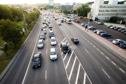 Automobilis pradėjo dūminti daugiau nei įprastai? Gedimą išduoti gali net ir dūmų spalva