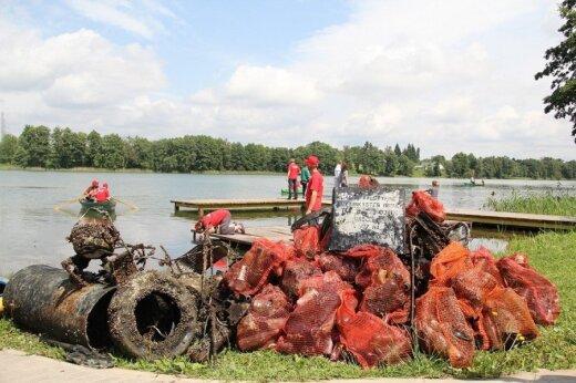 Iš ežerų narai nuolat traukia šiukšles