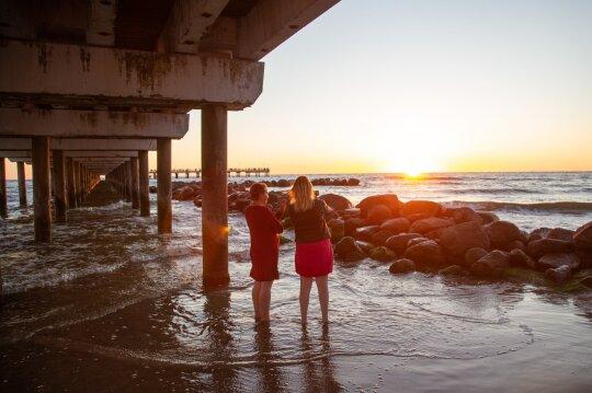 Moterys prie jūros