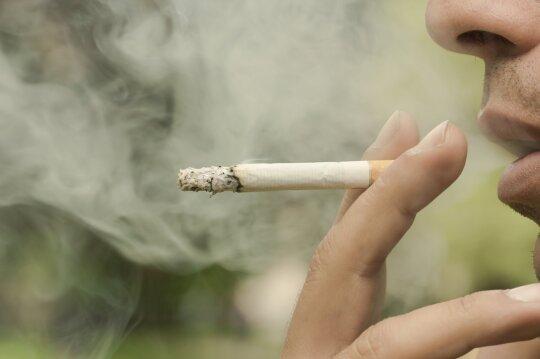 Gyvenantys šalia rūkančiųjų nenutuokia, į kokį pavojų patenka: nuodus skleidžia net seni baldai ir kilimai