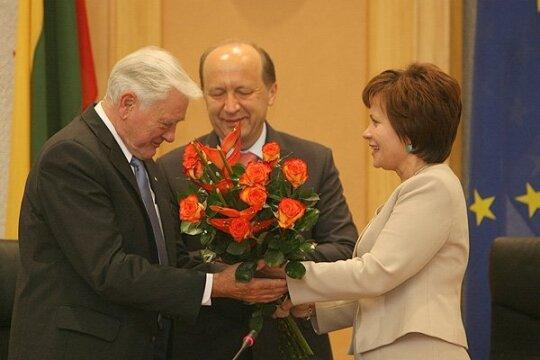 Rasa Juknevičienė įteikia gėles Valdui Adamkui
