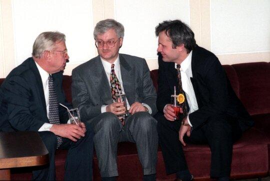 1996.03.18 Seimo narys KazysBobelis (k), vyriausybės atstovas spaudai Vilius Kavaliauskas (v) ir užsienio reikalų ministerijos sekretorius Albinas Januška (d)