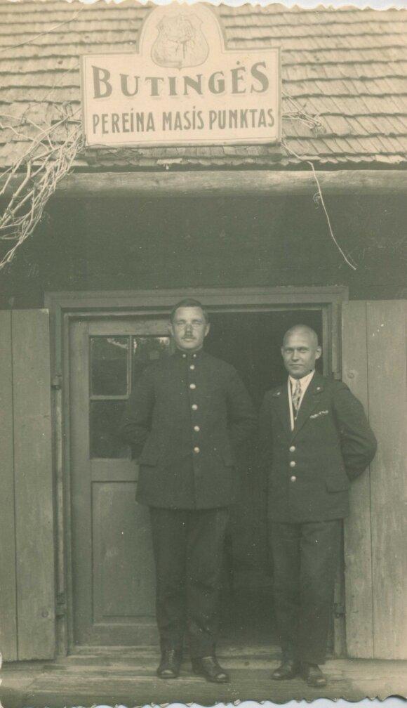 Būtingės pereinamojo punkto viršininkas B. Bagdanavičius su savo padėjėju, apie 1931 metus.