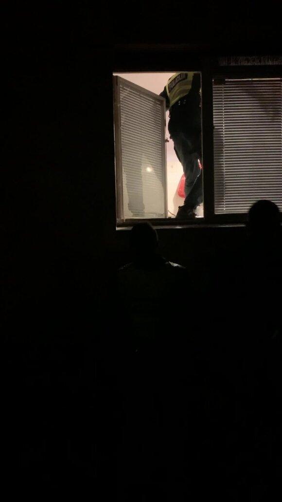 Iš nuosavo buto neišprašo nuomininkų: keičia spynas, o policija priversta brautis pro langą
