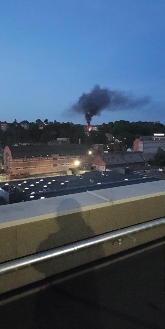 Vėlų vakarą kauniečiai sunerimo dėl iš miesto centro kylančių liepsnų ir dūmų stulpo