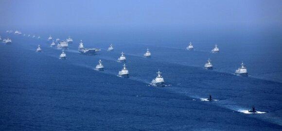 Kinijos lėktuvnešis, lydimas laivų flotilės